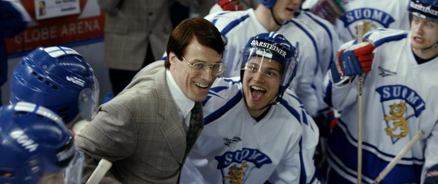 Suomen ensimmäistä miesten lätkäkultaa juhlivat 95-elokuvassa valmentaja Curt Lindström (Jens Hultén) ja Ville Peltonen (Aleksi Kouki).