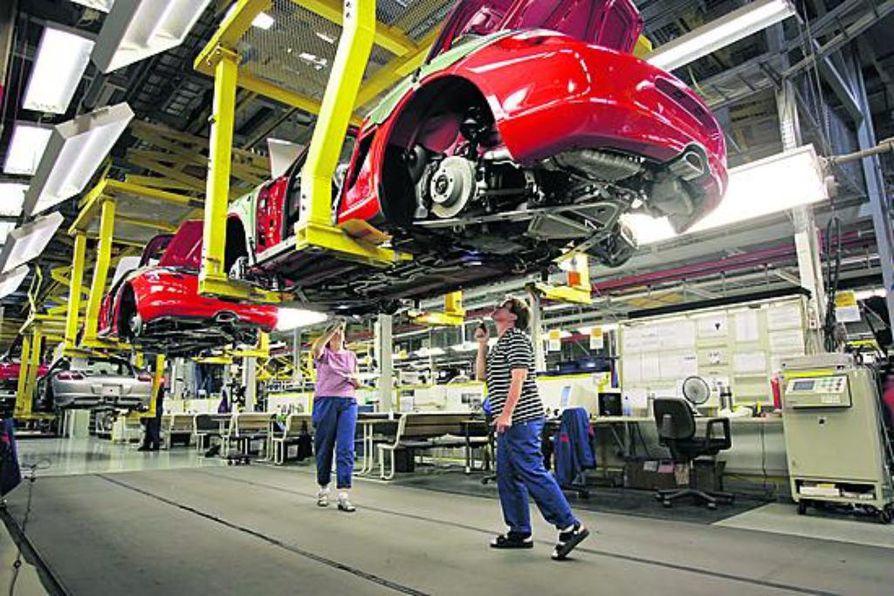 Porsche-autojen laatu tarkastetaan moneen kertaan Uudenkaupungin autotehtaan tuotantolinjalla. Boxster alkaa olla laadunmittaajien Marjatta Lehtosen (vas.) ja Helinä Kurosenlamppujen valokeilassa loppusuoralla.