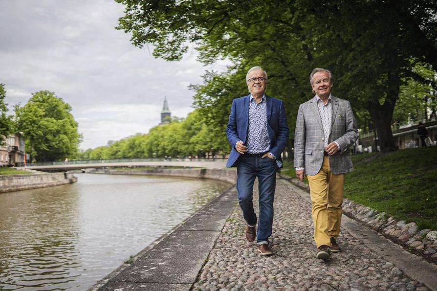 Matti ja Teppo ovat asuneet koko ikänsä Turussa. Uran alkuvaiheessa he pohtivat muuttoa Helsinkiin, mutta jäivät Aurajoen rannoille.