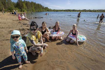 """Väki nautiskeli lämmöstä ja uimisesta Oulun rannoilla – """"Jäälin montulla on turvallinen ranta ja puhdas vesi"""""""