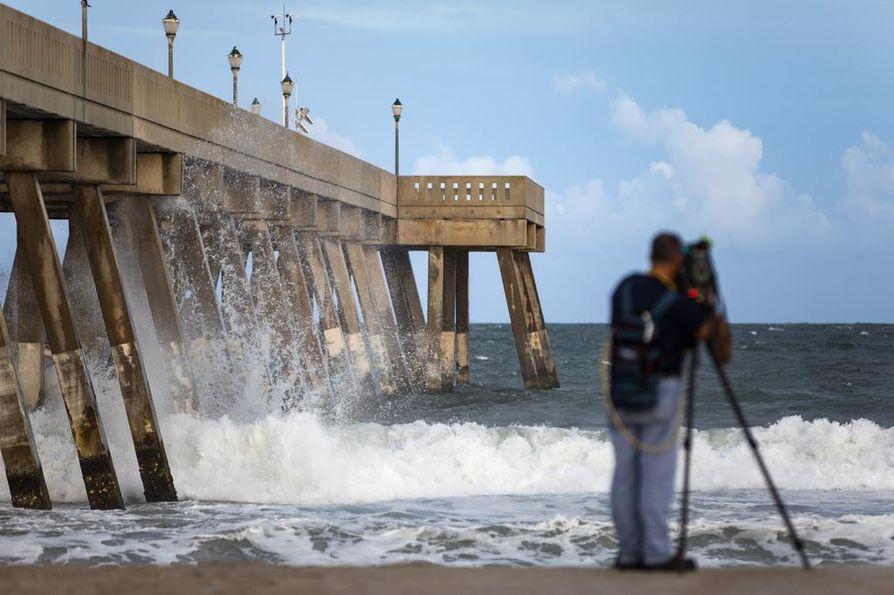 Hurrikaanin keskuksen odotetaan saapuvan Pohjois- ja Etelä-Carolinan rannikolle perjantaina.