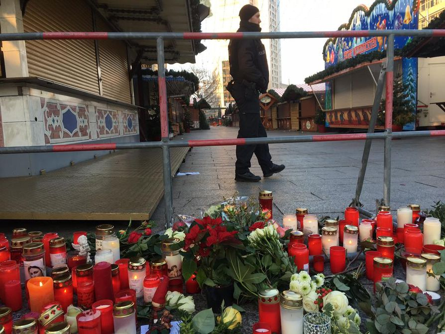 Tiistai-illan ja yön aikana sadat berliiniläiset sytyttivät kynttilöitä joulutorille.
