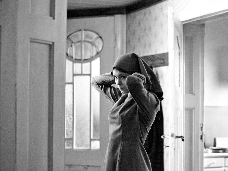 Nunnanoviisi (Agata Trzebuchowska) matkaa menneeseen tätinsä kanssa Ida-elokuvassa, joka sai parhaan ulkomaisen elokuvan Oscarin.