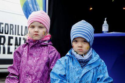 Aleksi ja Suvi saivat kasvomaalaukset, kun Lumijoella juhlittiin paikallista sähköä