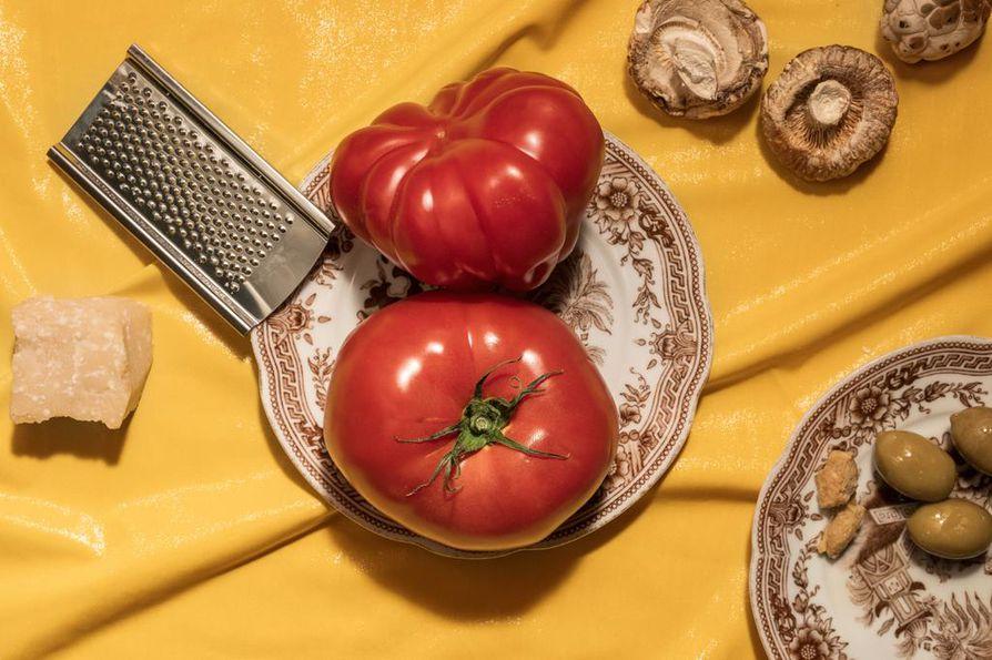 Lihan, kalan ja äyriäisten lisäksi umamia löytyy monista kasviksista kuten kypsästä tomaatista, kuivatuista sienistä ja oliiveista.