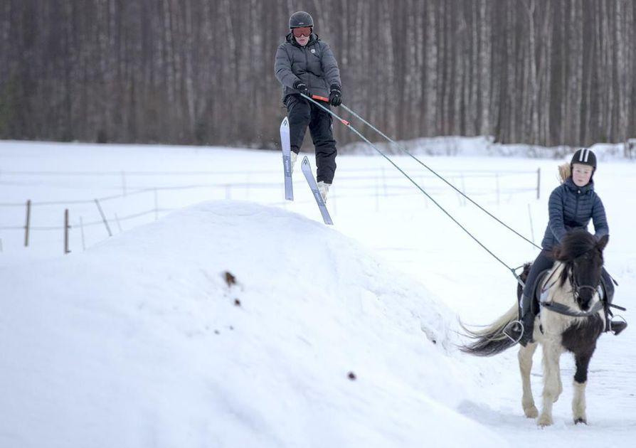 Isä Timo ja tytär Riina Heiskanen yhdistävät taitonsa hiihtoratsastuksessa. Tytär harrastaa ratsastusta, isä on kerännyt  nuorempana kokemusta laskettelusta ja vesihiihdosta.
