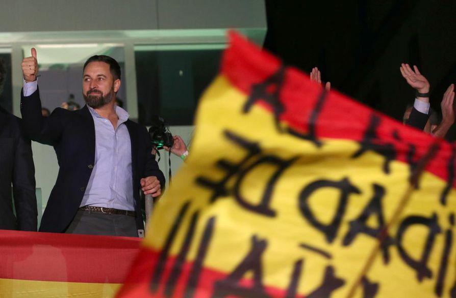 Voxin puheenjohtaja Santiago Abascal kannattaa isänmaallisia ja vanhoillisia arvoja Espanjassa. Kaikki eivät pidä siitä, sillä muistissa on oikeistodiktatuuri.