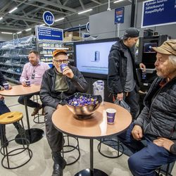 Tänään Onnisella on tarjolla makkaraakin – uusi Express-myymälä avasi ovensa Zatelliitiin, ja heti aamusta riitti kuhinaa