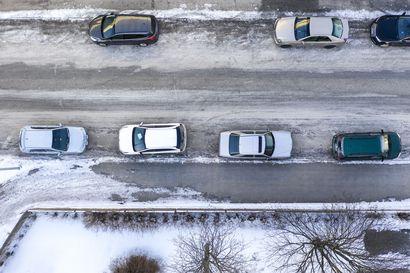 Korona kurittaa autoalaa – Autojen rekisteröinnit lähes puolittuvat viime kuukausina