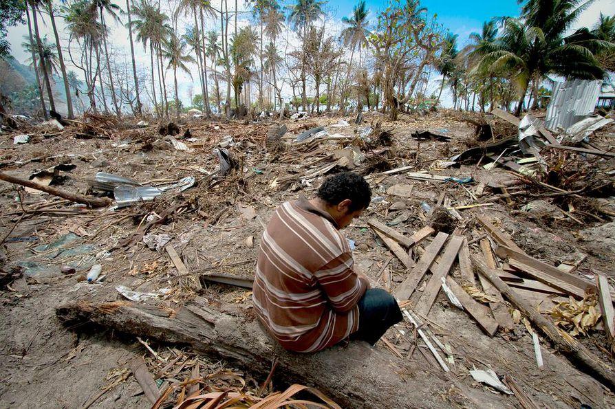 Samoalainen Afu Malata istui talonsa ja kauppansa raunioilla syksyn 2009 tsunamin jälkeen. - Tämä hetki ja siitä syntynyt valokuva muuttivat paljon asioita sisälläni. Se on edelleen hienoimpia kohtaamisia elämässäni, kertoo Janne Körkkö.