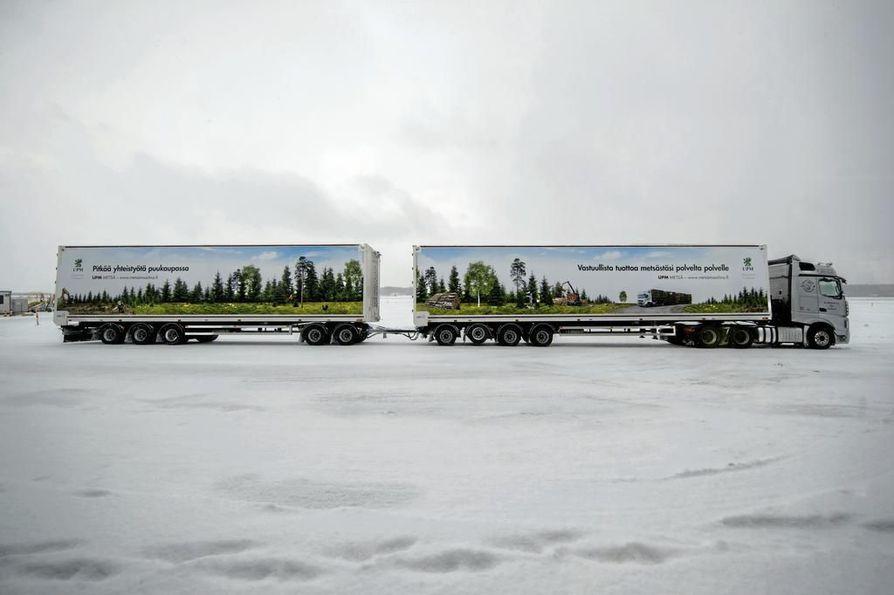 Arkistokuvassa on Kuljetusliike K. Huhtala Oy:n jättirekka Porin lentokentällä. Yhdistelmän kokonaispituus on 34 metriä ja kokonaispaino enimmillään 100 tonnia.