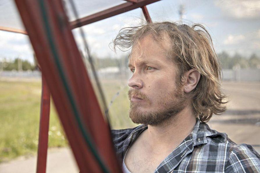 Ajomies (Matti Laine) ajaa työkseen ravien lähtöautoa. Ruutupaitamies on naimisissa ja kuitenkin rakastunut toiseen naiseen.