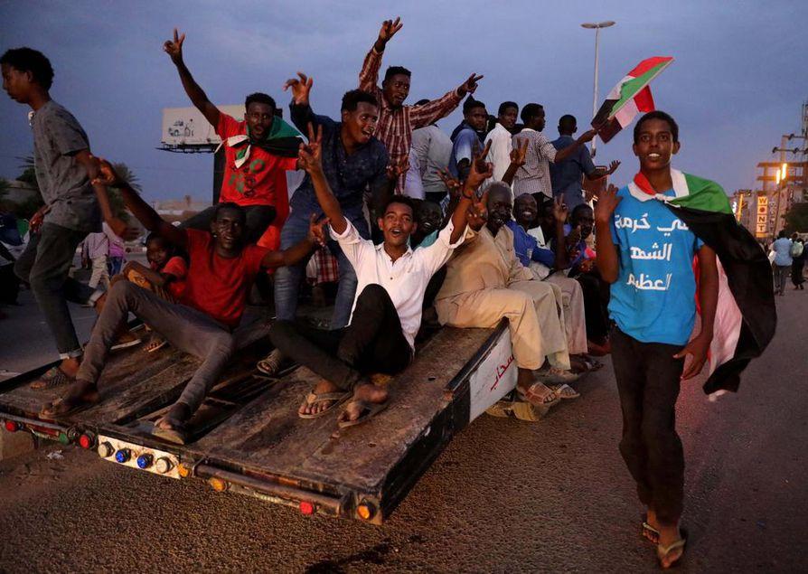 Sudanilaiset iloitsivat kaduilla sopimuksen allekirjoittamisen jälkeen lauantaina.