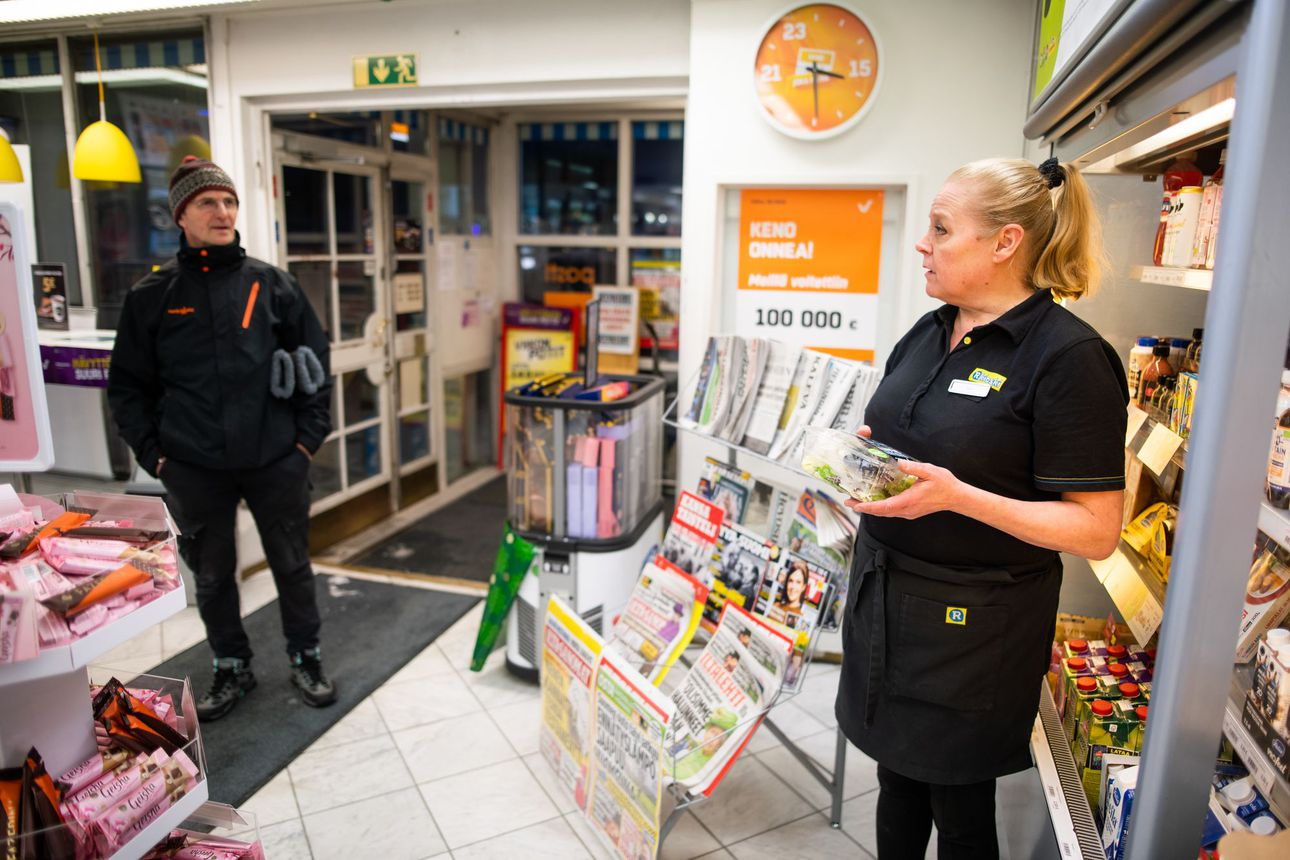 Kioskiyrittäjälle kertyy työpäivän aikana askelmittariin lähes 30000 askelta – Posion R-kioskia pyörittävä Raija Naumanen on yrittäjä suurella sydämellä