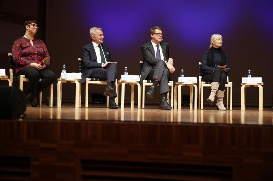 Merja Kyllönen (kuvassa vas.), Pekka Haavisto, Matti Vanhanen ja Laura Huhtasaari pohtivat Pohjois-Suomen erityisongelmia.