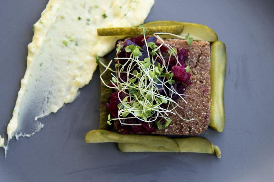 Klassikkoruoka vorschmack tarjoillaan perinteisesti punajuurirelissin, suolakurkkujen ja perunamuusin kera. Tässä versiossa lihana käytettiin valmista nautasäilykettä.