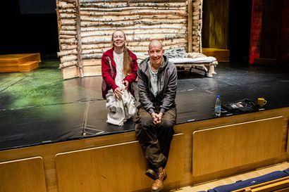 Ei niin tummaa tarinaa, ettei ilon hetkiä – Rovaniemen teatteri on nostanut lavalle Tommi Kinnusen synkästä menestysromaanista kaiken onnen, huumorin ja erotiikan