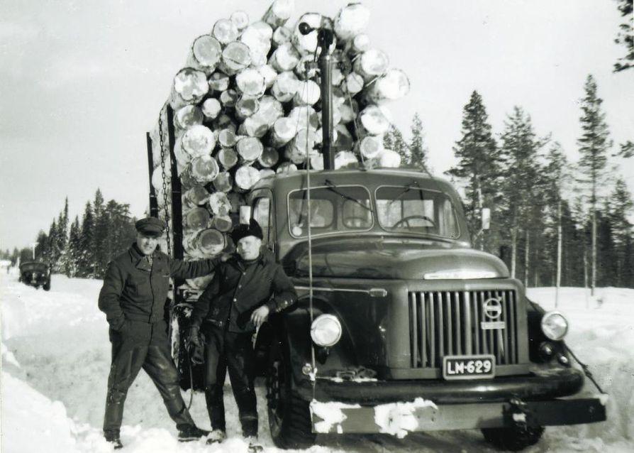 Tuuloman voimalaitosta rakennettaessa hakattiin valtavasti metsää, pelkästään altaan tieltä 4000 hehtaaria. Pauli Bies ja Kalle Saari tukkikuormansa kanssa Ylä-Tuuloman tiellä.