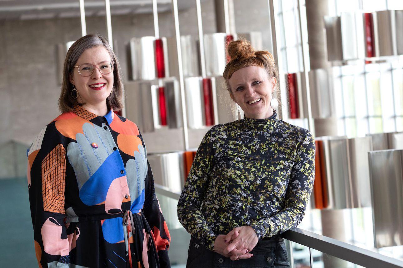 Oulun teatterin Alma Lehmuskallio ja Anu-Maarit Moilanen saivat Olavi Veistäjä -palkinnon – kaksikko näkee teatterin tulevaisuuden myönteisenä viimeaikaisista haasteista huolimatta