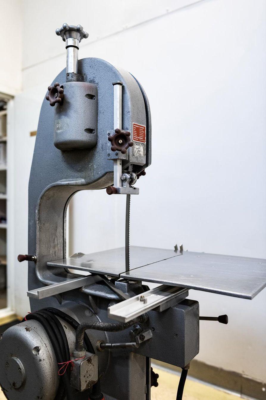 Kiven ja Kolin tilan lihanleikkaamossa käytössä on myös järeämpiä työkaluja sianruhojen paloitteluun.