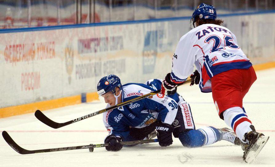Juuso Hietanen (vas.) saalisti ottelussa syöttöpisteen.