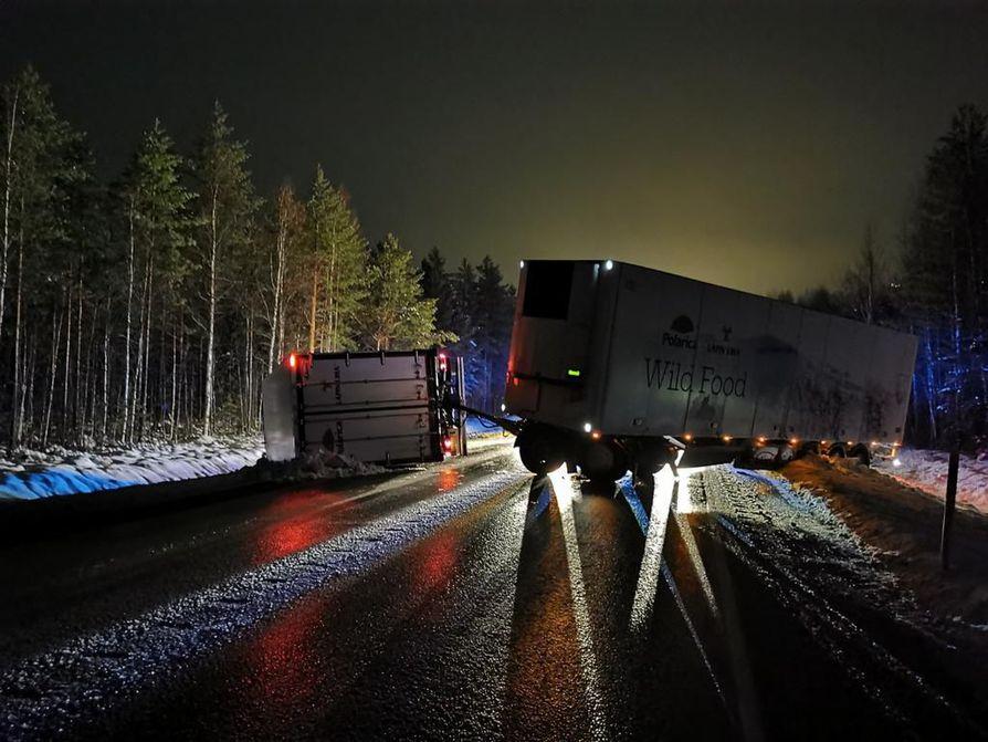 Lukija kuvasti rekkaonnettomuuden, joka hidasti kuljetusliikennettä Ouluun torstaiyönä.
