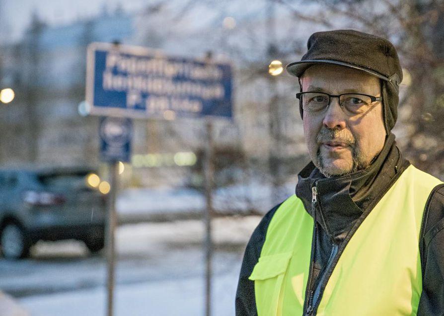 Tehtaan portilla lakkovartijana toiminut Eforan Kyösti Nuutinen oli murheellinen.