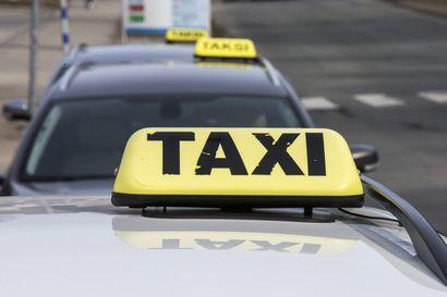 Traktori ja taksi kolaroivat Ruukissa liukkaalla tiellä – taksikuski loukkaantui lievästi