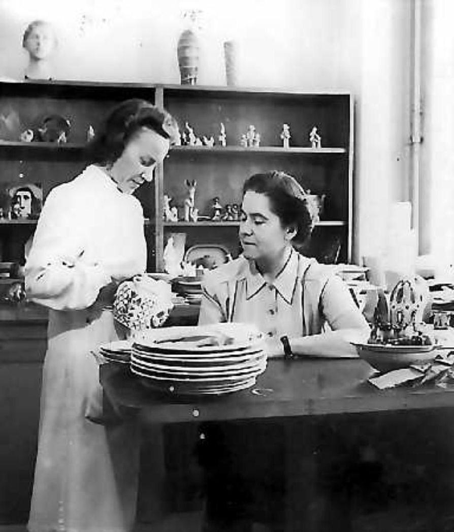 Rauhallinen tuokio . Paula Rattola esittelee kannuaan pomolleen Olga Osolille.