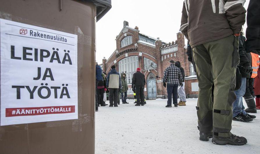 Oulun torilla järjestettiin perjantaina tukitapahtuma aktiivimallin vastustamisen hengessä.