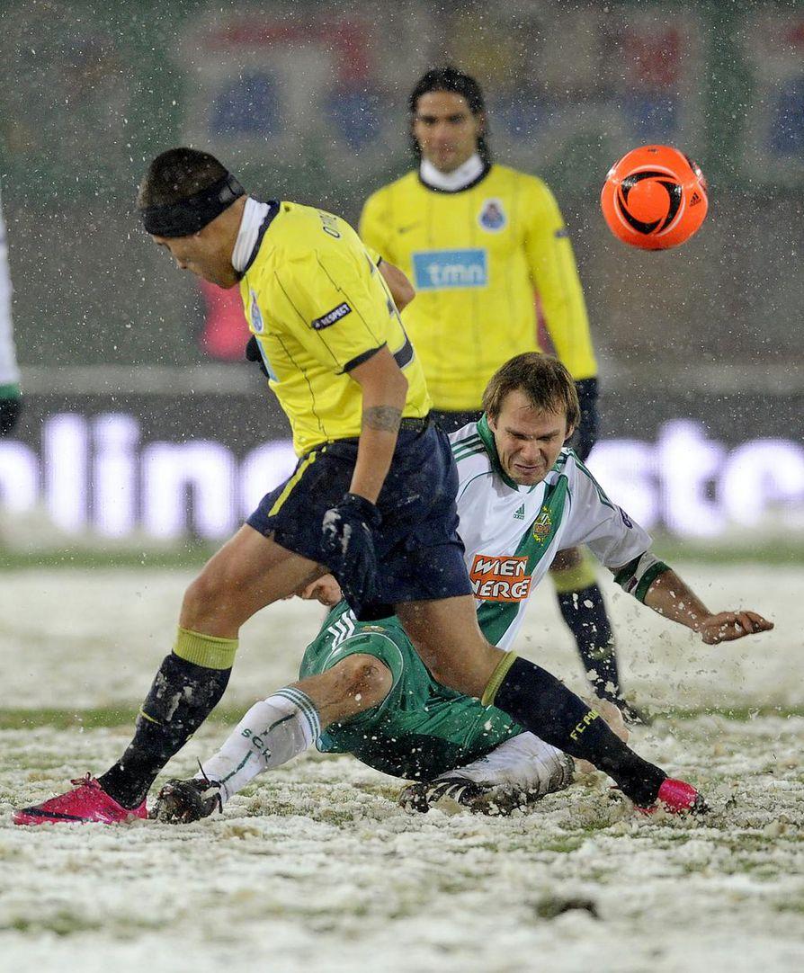 Yksi Markus Heikkisen vahvuuksista oli kamppailuvoima. Hän osasi myös pelata kovaa kuten FC Portoa aikoinaan edustanut argentiinalainen Nicolas Otamendi sai kokea. Heikkinen pelasi Eurooppa-liigaa Rapid Wienin riveissä.