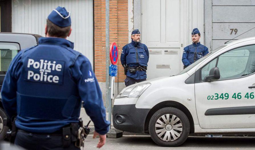 Poliiseja Brysselin Molembeekissa, jossa poliisi otti kiinni Abdeslamin perjantaina.