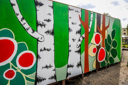 Alltime hyvitti Konttisen katkotut syreenit vaneriseinällä – seinään tilattiin myös taideteos huoltoyhtiön piikkiin