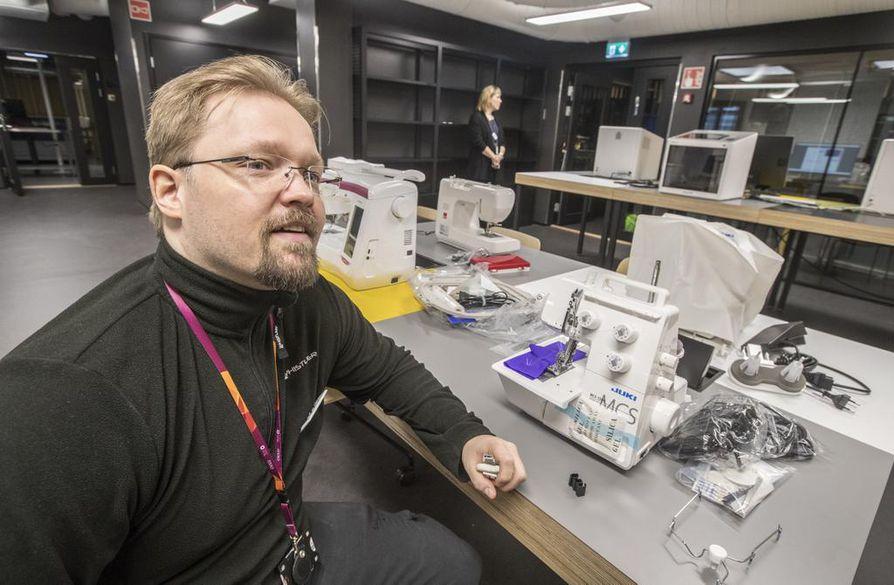 Ohjaaja Jari Uusitalo virittelee tietokoneita ja laitteita BusinessAseman FabLabin työskentelytiloissa.