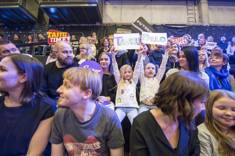 Olivia ja Lili Pöyhiä näyttivät selkeästi, kuka on heidän suosikkihahmonsa. Yleisössö innostus tarttuu, ja seurattavaa riittää eri puolilla studiota.