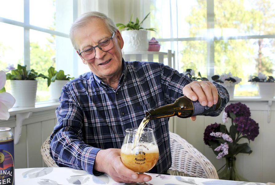 Panimomestari Leo Andelin on tarkka oluen laadusta. Pulloa avatessa hän katsoo oluen vaahtokukkaa. Saksan oppien mukaisesti: Lasst Blumen sprechen – anna kukkien puhua.