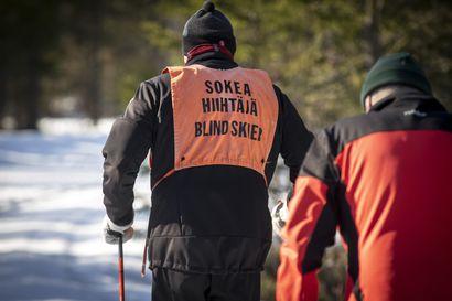 """Näkövammainen Tuomas Kojo on hiihtänyt isänsä kanssa jo 1 300 kilometriä Oulussa –  """"Koetapa itse hiihtää silmät kiinni"""""""