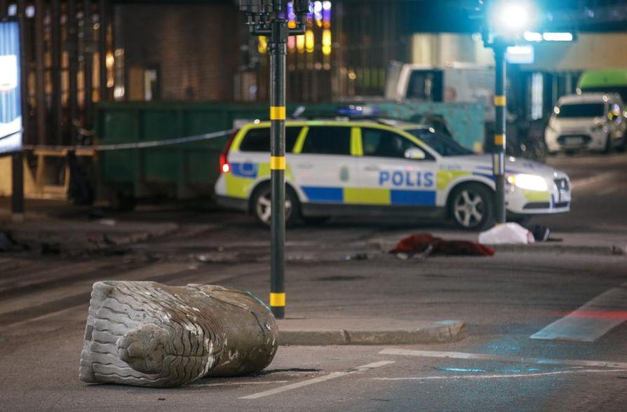 Ruotsalaismedian mukaan poliisi on ottanut kiinni useita henkilöitä Tukholmassa.  Kiinniottojen kerrotaan liittyvän Tukholman terrori-iskuihin.
