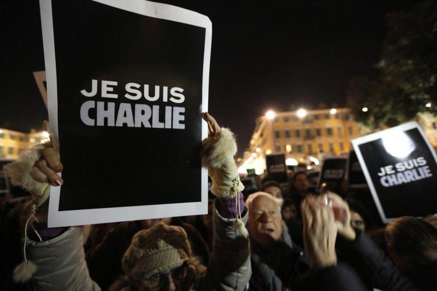 Charlie Hebdon toimitukseen tehty terrori-isku keräsi sananvapauden puolustajien sympatiaa eri puolilla maailmaa. Kuva Nizzasta. Arkistokuva.