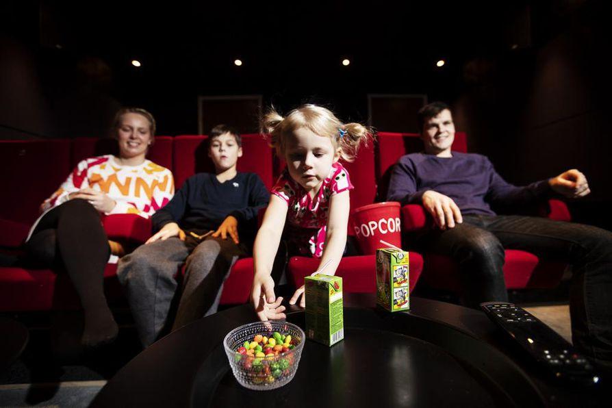 Kreetta, Kasperi ja Kerttu Koistinen nauttivat kotonaan aidosta elokuvateatteritunnelmasta. Tilan on rakentanut perheenisä Jussi Koistinen.
