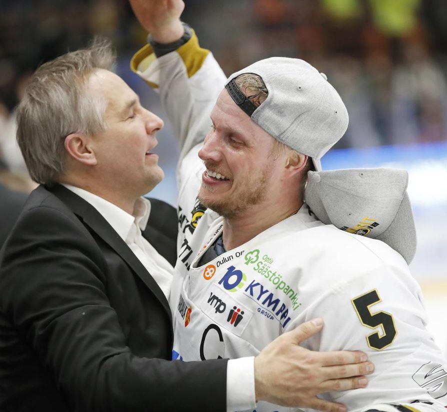 Kärppien toimitusjohtaja Tommi Virkkunen ja joukkueen kapteeni Lasse Kukkonen riemuitsevat Suomen mestaruudesta vuonna 2018.
