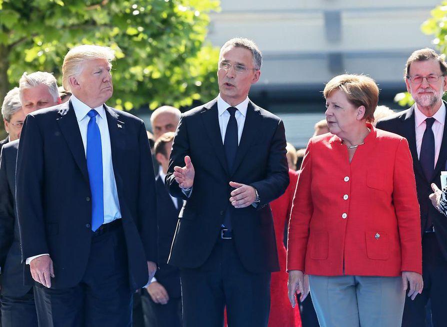 Naton norjalainen pääsihteeri Jens Stoltenberg (kesk.) seisoi symbolisesti Donald Trumpin ja Angela Merkelin välissä Naton uuden päämajan avajaisseremoniassa.