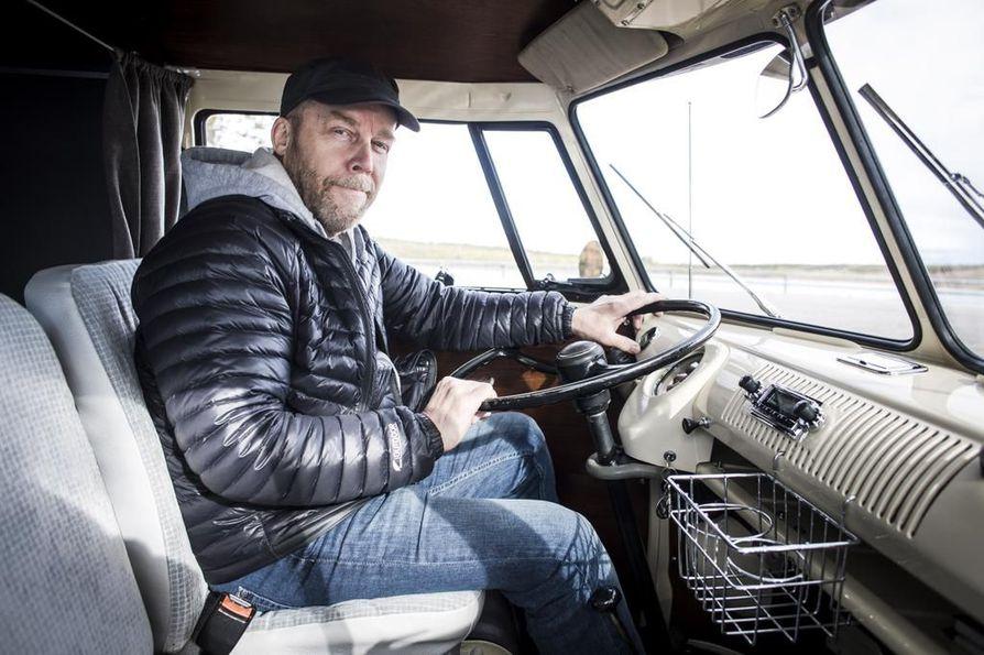 Jorma Valkama ja tämän poika Joni Valkama käyttivät tuhansia tunteja ajoneuvon entisöintiin. -Olemme edelleen kavereita, isä sanoo.