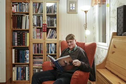 """Innokas kirjojen lukija Heikki Annala ei ole antanut kirjahyllynsä kadota trendien mukana: """"Jos painettu kirja katoaa, katoaa osa sivistyksestä"""""""