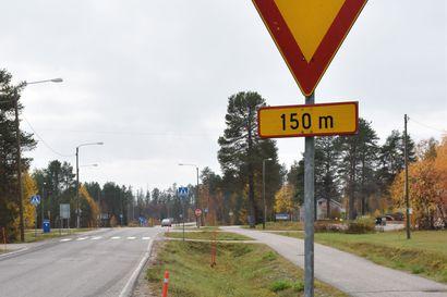 """Kerratkaa väistämissäännöt: """"Jos vielä löytyisi liikennemerkin lisäkilpi, jossa osoitettaisiin kumpi suunta on oikea ja kumpi vasen, niin se olisi Tyrnävällä erityisen tarpeellinen"""""""