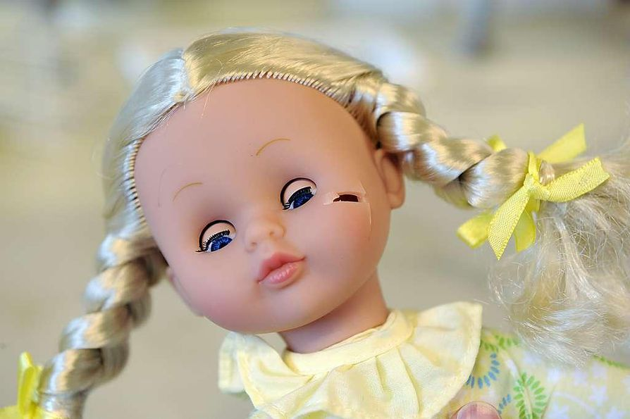 Fyysikko Mikko Kontiainen tutkii nallen nenän vetolujuutta Tullilaboratoriossa. Parhaillaan on käynnissä kiireinen sesonki,  kun joulumarkkinoille tulevia leluja tarkistetaan. Tulli tutkii satunnaisotoksin kolmansista maista tulevia leluja. Tutkimukset kohdistuvat  erityisesti yrityksiin, joilla on aiempi hylky sekä uusiin tuottajiin.