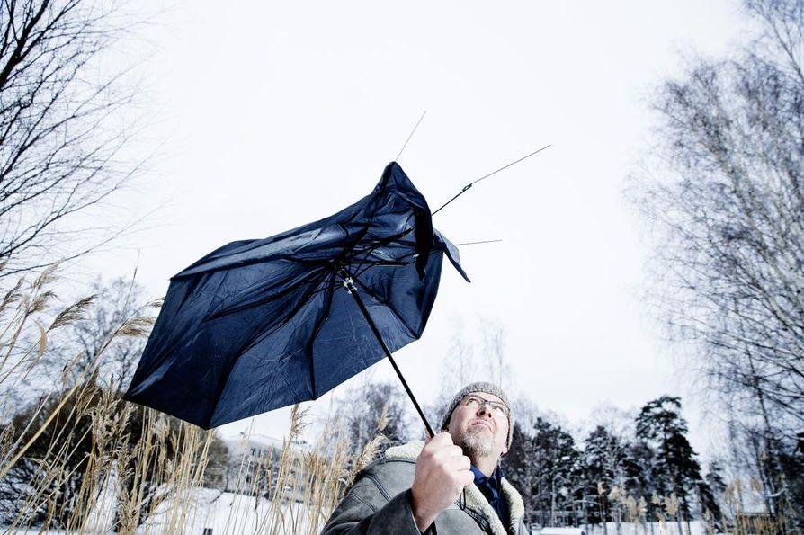 Ilmastopakolaisuus on lajimme historian punainen lanka, sanoo Marcus Rosenlund. Hänen populaari ilmastokirjansa ilmestyi syksyllä ruotsiksi ja saadaan maaliskuussa suomeksi. Rosenlund on Ylen ruotsinkielinen tiedetoimittaja.