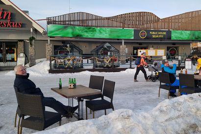 Ylläksellä sijaitsevan pubin ulkopöydistä tehtiin kantelu – Ravintolat ovat kehittäneet sulun ajaksi erilaisia ratkaisuja, mutta säännöt ovat osin epäselvät