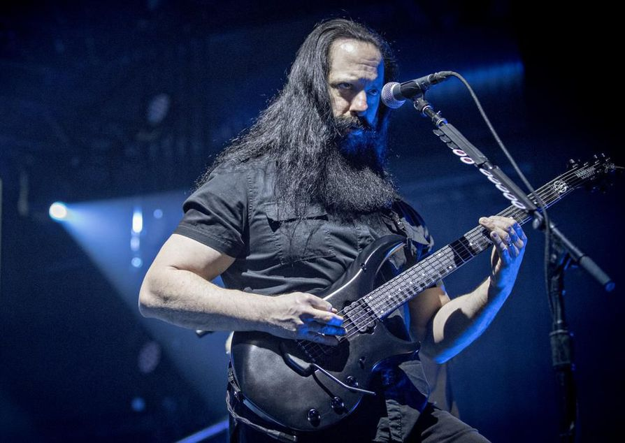 Kitaristi John Petruccin katse oli suuren osan keikasta kuin liimattu kitaraansa.