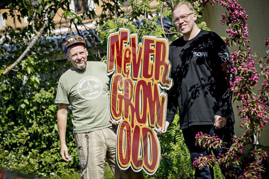 Jos palaute on hyvää, ehkä festivaalia jatketaan ensi kesänä, kertovat Heikki Jokela (vas.) ja Juhani Oivo. Jokelan varastoista löytyy paljon Never Grow Oldin interiööriä.
